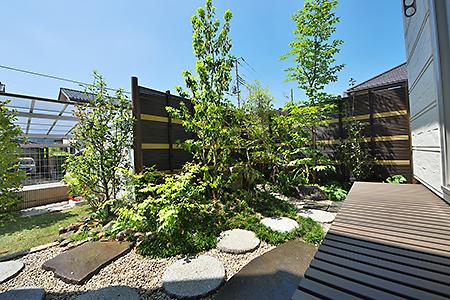 和室の前には坪庭を配置。客室としての利用も考えた和室からお客様をもてなす坪庭の緑が目を和ます。